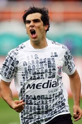 89ccbfe764 ... A camisa com rostos dos torcedores foi boa jogada de marketing do  Corinthians.