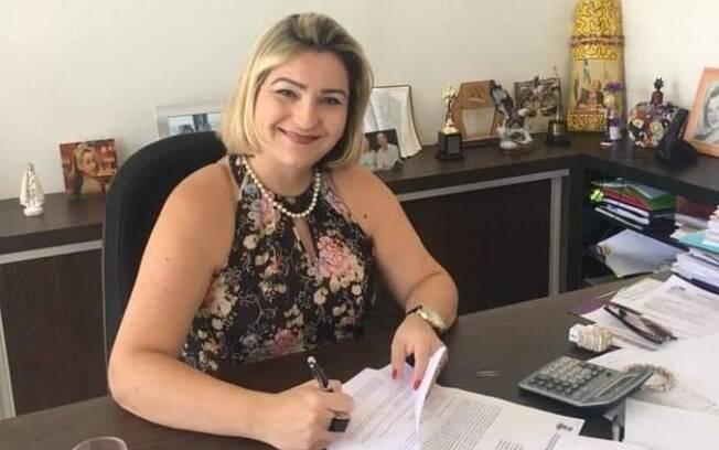 Lívia Soares Bello da Silva é acusada de favorecer servidores e funcionários