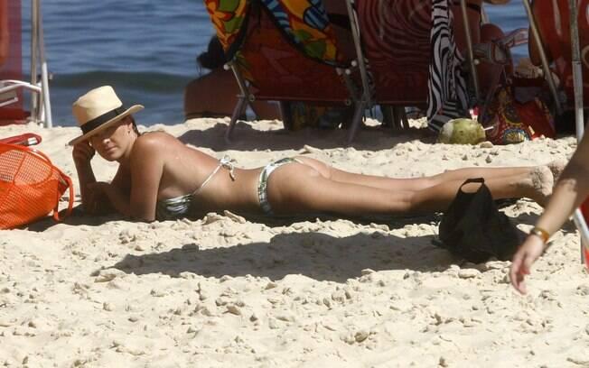 Letícia Birkheuer toma sol em Ipanema