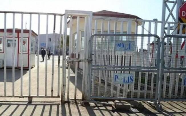 Este posto de controle na fronteira da Síria com a Turquia é usado por recrutas do 'Estado Islâmico'
