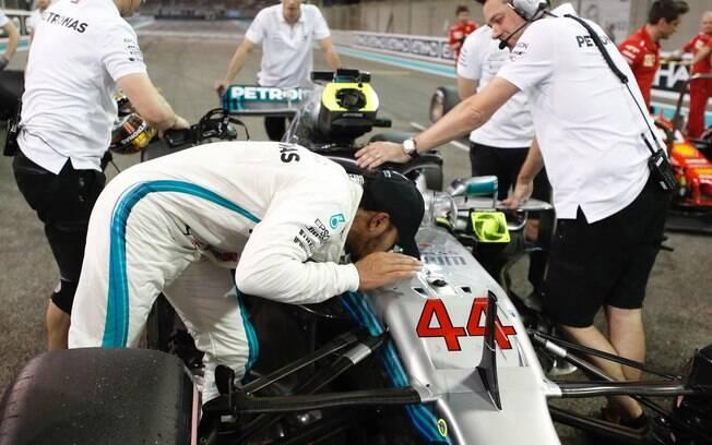 O campeão Lewis Hamilton beija seu carro após conquistar mais uma pole position na temporada