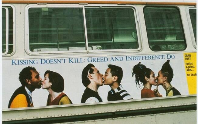 Com protestos artísticos provocantes, coletivo americano Gran Fury conscientizava pessoas sobre situação da AIDS
