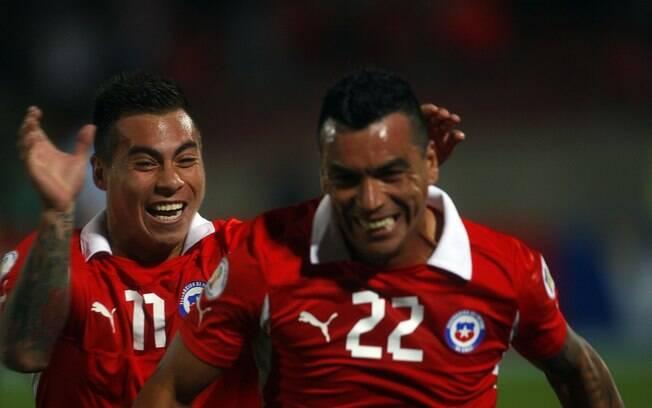O chileno Paredes comemora o seu gol na  vitória de 2 a 0 sobre o Uruguai