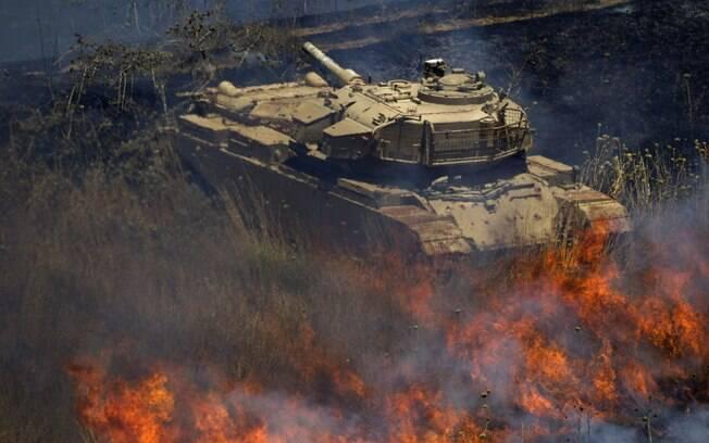 Tanque velho sírio é cercado por fogo após explosão de morteiros nas Colinas do Golan, território controlado por Israel (16/07)