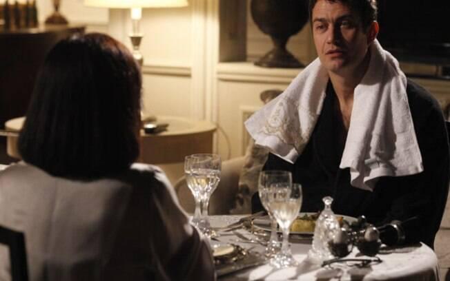 Léo volta para casa, seduz Norma e ganha jantar romântico