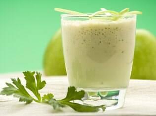 Sucos verdes, como de couve, são ótimos para o corpo