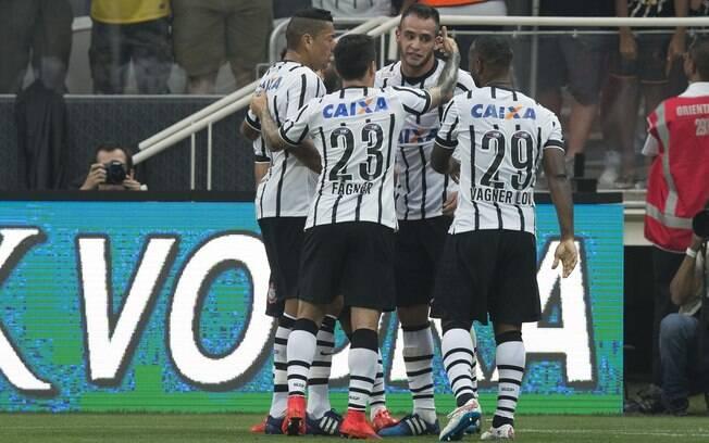 Corinthians comemora gol de Renato Augusto sobre a Ponte Preta no Paulistão