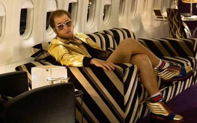 Taron Egerton em sua primeira imagem como o pianista e compositor  Elton John