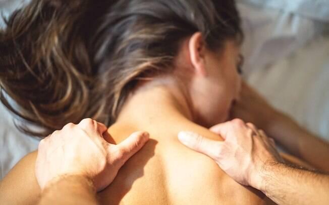 Fazer massagem com óleos é uma maneira de aproveitar o tato para ter mais prazer na cama e sair da rotina