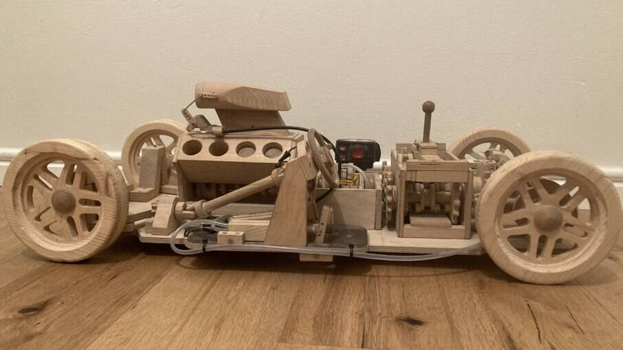 carro de madeira com motor V8 funcional, com direito a acelerador, embreagem e velocímetro