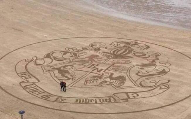 O pedido de casamento foi escrito no brasão da escola de Hogwarts, onde ficaria o lema da instituição