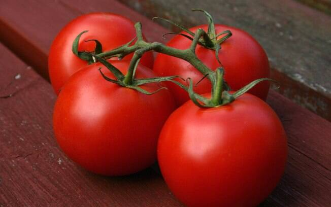 Tomate: o licopeno presente nesta fruta não se limita a ajudar a prevenir o câncer de próstata, mas também reduz o colesterol na corrente sanguínea. Foto: Getty Images