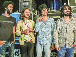 Quarteto. Boogarins, da esquerda para a direita: Ynaiã Benthroldo(bateria), Benke Ferraz (guitarra), Fernando Almeida (vocal eguitarra) e Raphael Vaz (baixo)