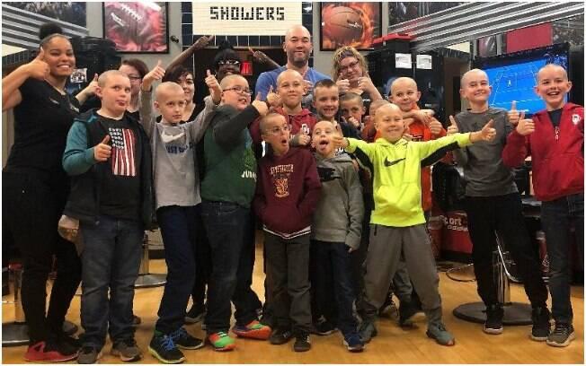 14 colegas de classe de Luke Nelson rasparam a cabeça em solidariedade ao garoto que tem alopecia