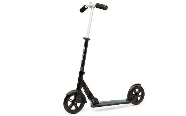 Eis a opção mais acessível entre os patinetes da BMW, com rodas grandes e assoalho estreito