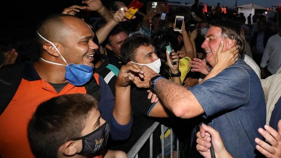 Bolsonaro promovendo aglomeração de apoiadores durante visita em Fortaleza (CE); Semanalmente o presidente promove aglomerações sem utilizar máscara