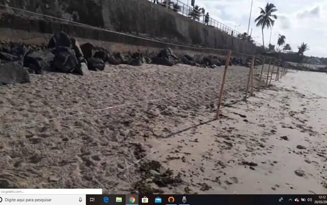 Praias de Salvador estão isoladas com arame e estacas de madeira