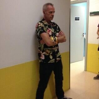 Fatboy Slim posa para fotos nos corredores do SBT antes de gravação do 'The Noite'