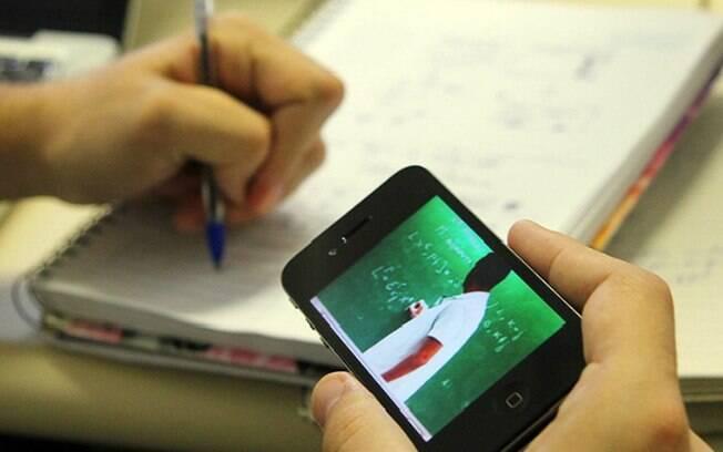 A suspensão das atividades pedagógicas não presenciais por tempo indeterminado afeta cerca de 120 mil estudantes.