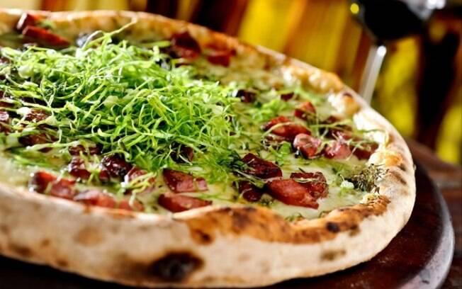 Foto da receita Pizza de paio, couve e queijo pronta.