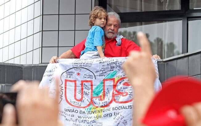 Lula retribui manifestação de apoio feita em frente ao prédio onde mora, em São Bernardo do Campo (SP). Foto: Adonis Guerra/ SMABC/Divulgação - 13.3.16