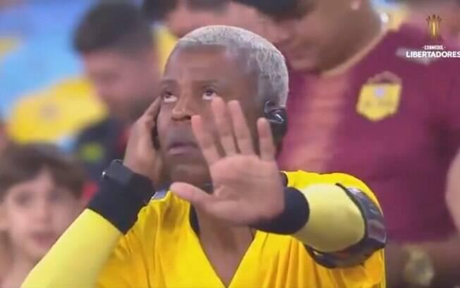 Torcedor do Flamengo simulou árbitro consultando o VAR e bombou na web