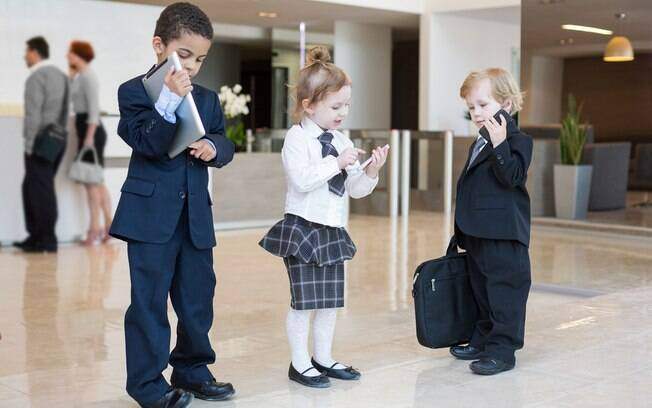 crianças vestidas de executivos