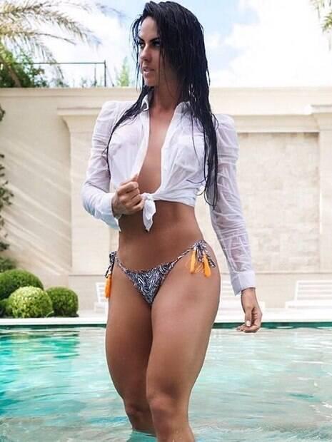 Graciele Lacerda posa com camisa molhada e arranca elogios dos internautas