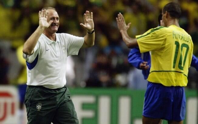 Técnico cumprimenta Rivaldo na Copa de 2002.  Sob o seu comando, seleção conquistou o  pentacampeonato
