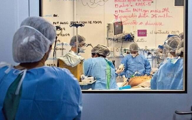 Centro Hospitalar Covid-19, na Fiocruz, que recebe doentes graves; nas portas e janelas internas de vidro estão listados detalhes sobre o quadro clínico de cada paciente