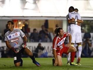 Cicinho e Gabriel comemoram a vitória do Santos contra o Princesa do Solimões