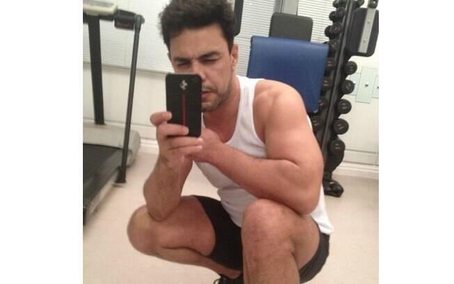 Zezé Di Camargo mostrou que está com o corpo em forma ao compartilhar uma foto no Instagram