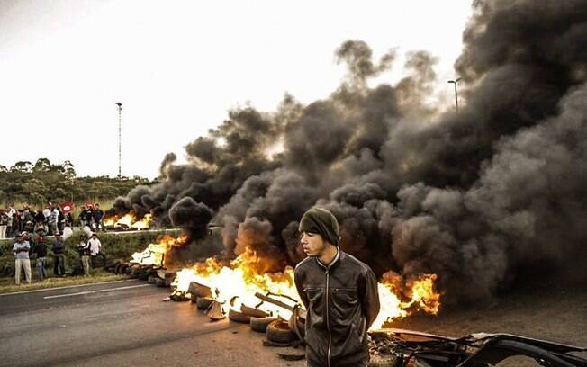 BR 101, que liga o Norte ao Sul do País, é fechada com barricada por manifestantes. Foto: Frente Brasil Popular/Divulgação - 10.05.16