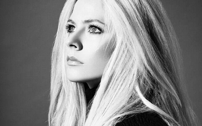 Avril Lavigne iniciou sua carreira musical ao assinar contrato em dezembro de 2001, após uma apresentação feita pela cantora em uma feira