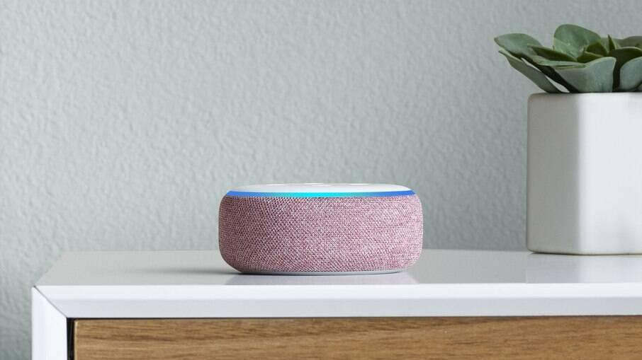 O Echo Dot é um dos dispositivos com Alexa disponíveis no Brasil