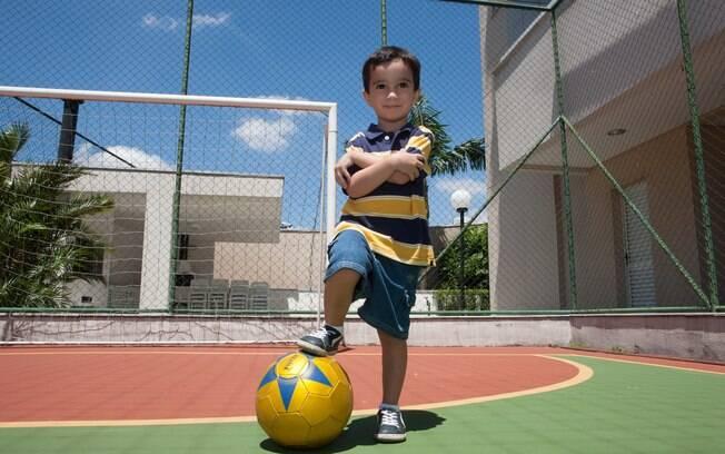 Luca, 4, é um dos últimos a serem chamados na formação dos times nas aulas de educação física. Hoje, com a orientação da mãe, ele tira de letra a situação