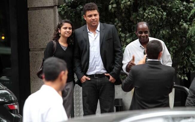 Solícito, o ex-jogador do Corinthians tirou  fotos com mais de uma dezena de fãs