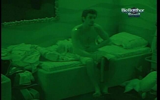 Fael acorda, perde o sono e decide voltar a dormir depois de falar com Jonas