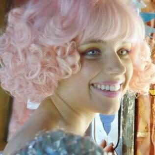 """Por causa da personagem Professora Juliana, de """"Meu Pedacinho de Chão"""", a atriz Bruna Linzmeyer pintos os cabelos de rosa"""