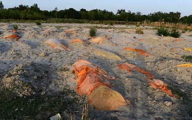 Covid-19 na Índia: rio Ganges vira 'cemitério' com corpos flutuantes ou enterrados às margens
