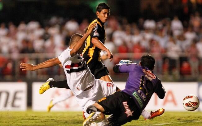 Luís Fabiano se estica para tocar para o gol  e dar a vitória para o São Paulo