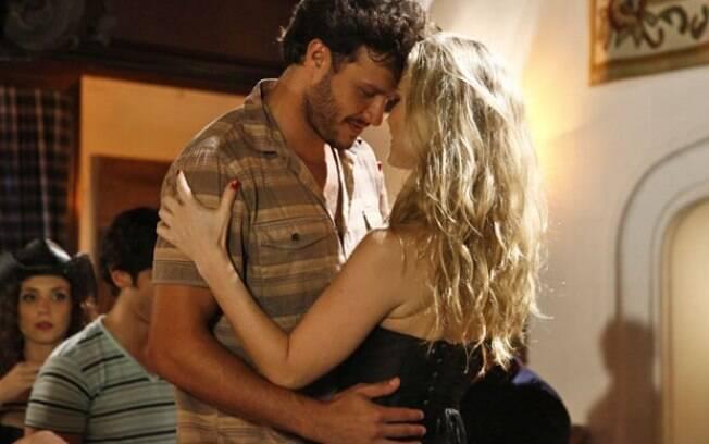 Laerte joga Virgílio para cima de uma garota de programa