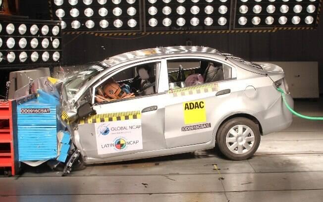 Teste de colisão do Chevrolet Sail feito pelo Latin NCAP. O sedã colombiano recebeu nota zero.