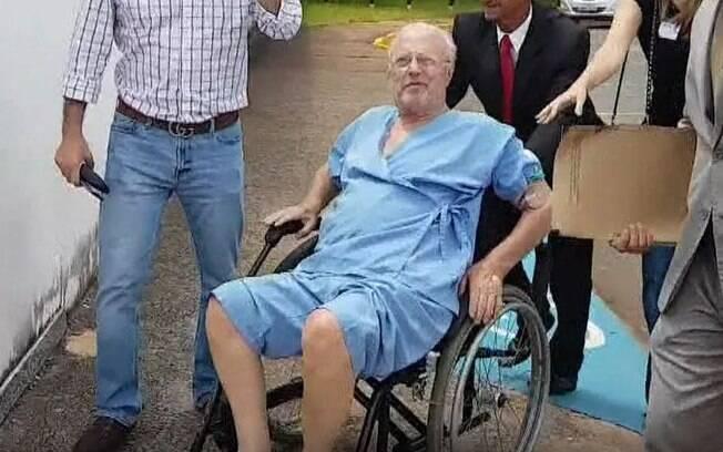 Paulo Maluf recebeu alta de hospital neste domingo; ele foi para casa, onde cumpre prisão domiciliar