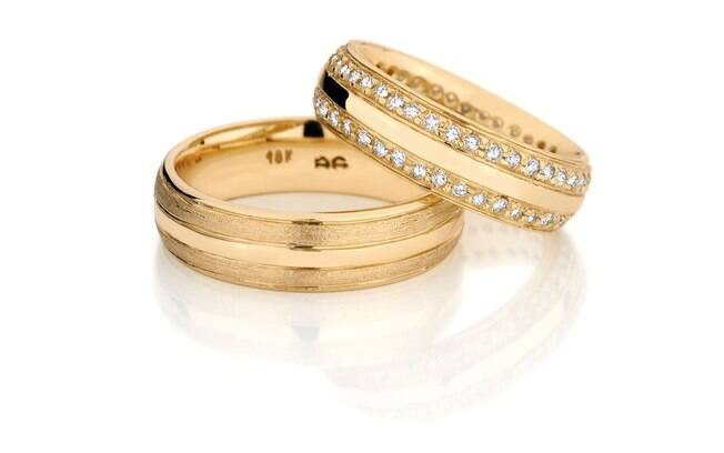 3cf2cca7494 Par de alianças com borda texturizada e diamantes (na peça feminina). De  Emar