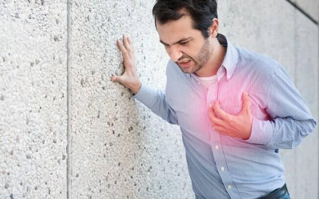 Diversos sintomas ajudam a reconhecer um infarto e, por conta disso, é importante saber identificar cada um deles