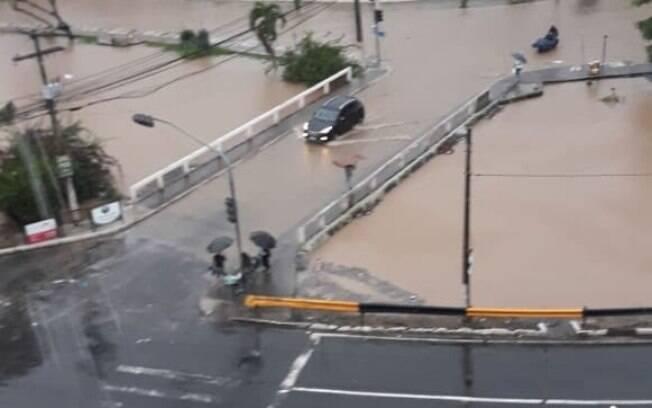Vários pontos de alagamento se formaram na Estrada do Coco e o transito teve que ser desviado