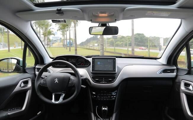Interior vem com volante pequeno e quadro de instrumentos elevado, mas ficou menos sofisticado do que já foi