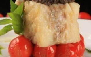 Lombo de bacalhau com crosta de tapenade e tomatinhos confitados