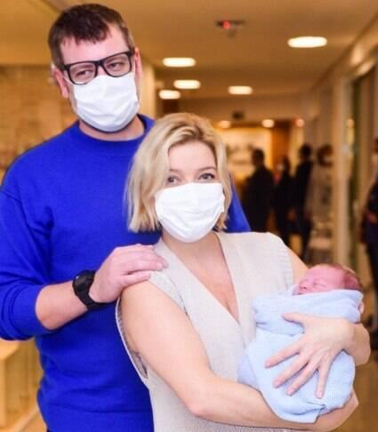 Luiza Possi deixa maternidade com o filho nos braços